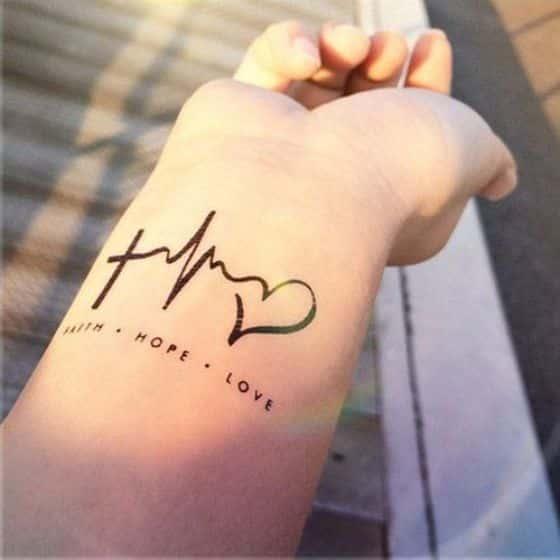 corazon tatuaje en la muñeca