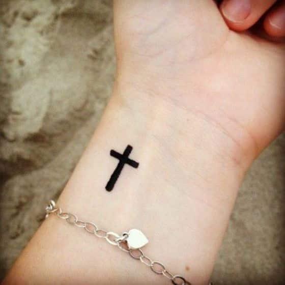 cruz en la muñeca tatuaje