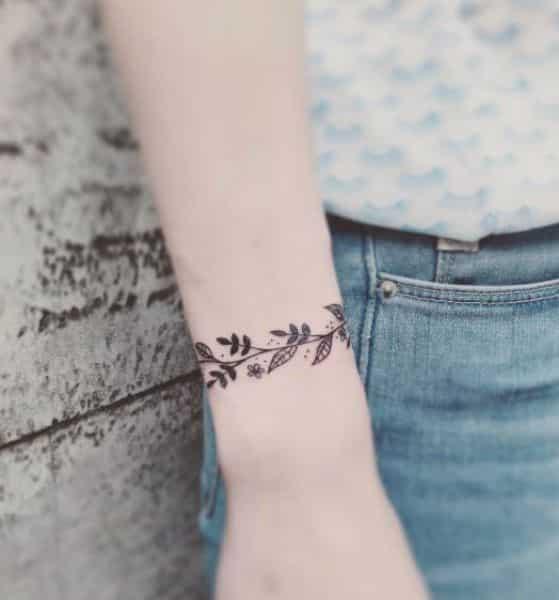flores en la muñeca tatuaje