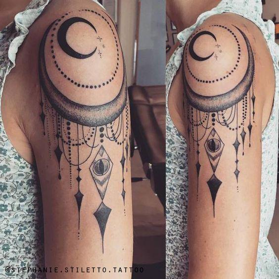tatoo de luna en hombro