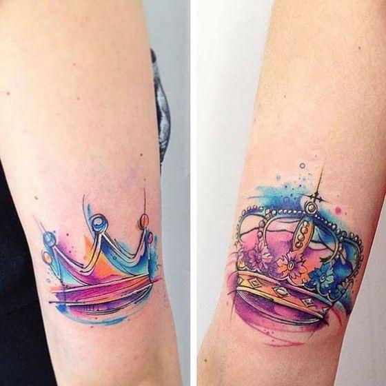 tatuaje coronas de colres para parejas