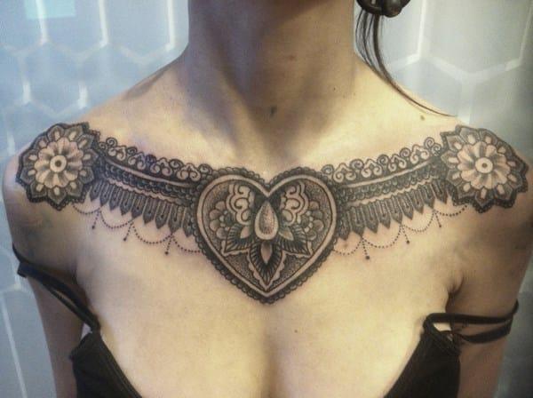 tatuaje en la clavicula