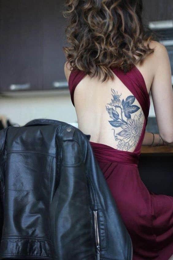 espalda flor tatuaje