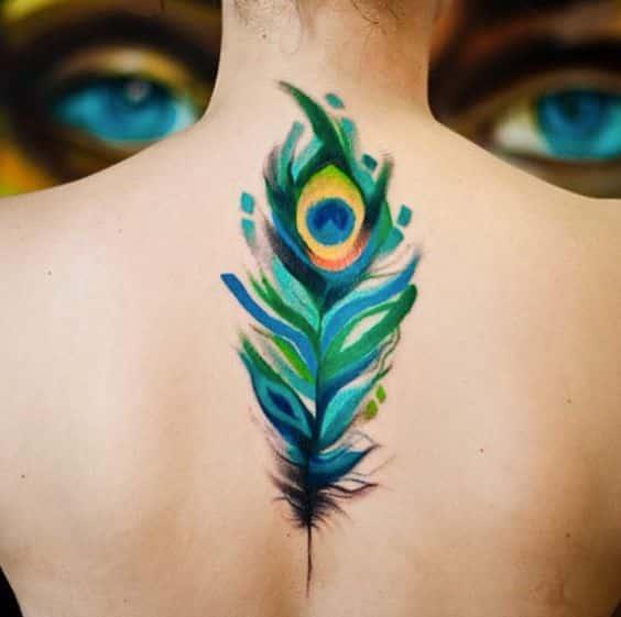 pluma tatuada pavo real