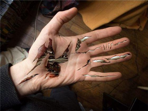 tatuaje biomecanico en mano