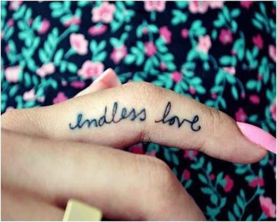 letra en los dedos tatuaje