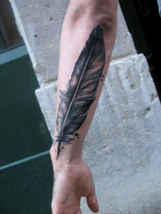 antebrazo pluma tatuaje