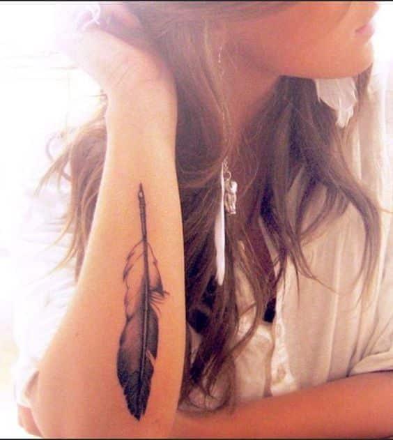 pluma en el brazo