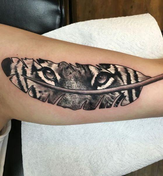 plumas con ojos tatuajes