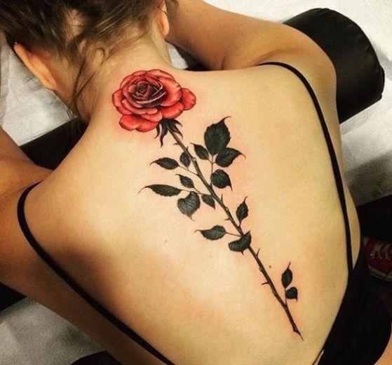rosa en la espalda tatuaje