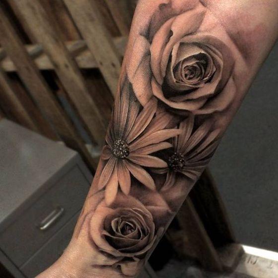 rosa realista en el brazo