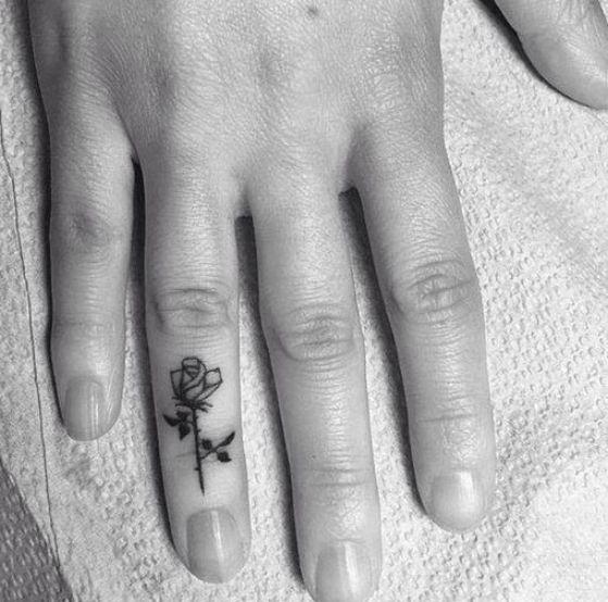 rosa tatuada en el dedo
