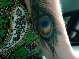 tatuaje-de-pluma-pavo-real-en-el-brazo