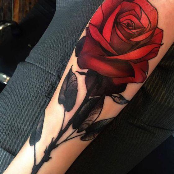 tatuaje en el brazo rosa roja