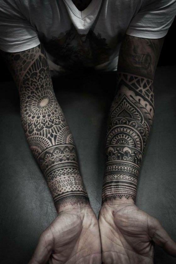 antebrazos con tatuajes maories