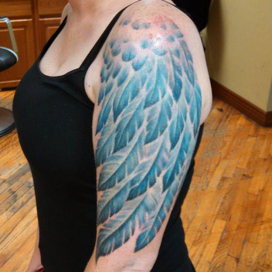 ideas para tatuajes de alas 3 - Tatuajes de alas diferentes estilos a color, en negro y sus significados