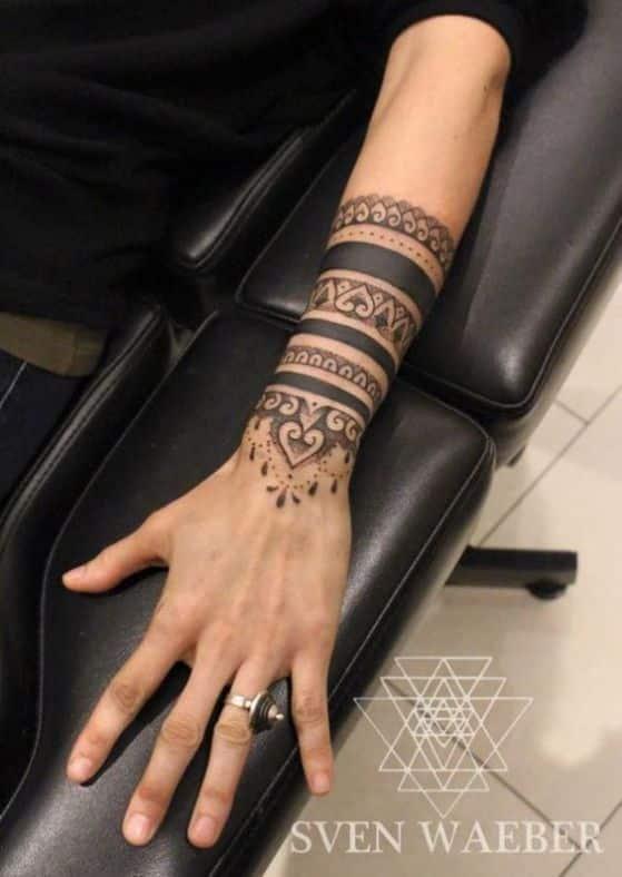 tatuaje en antebrazo maorie