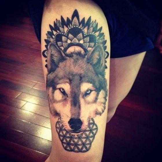tatuaje de lobo pierna mujer