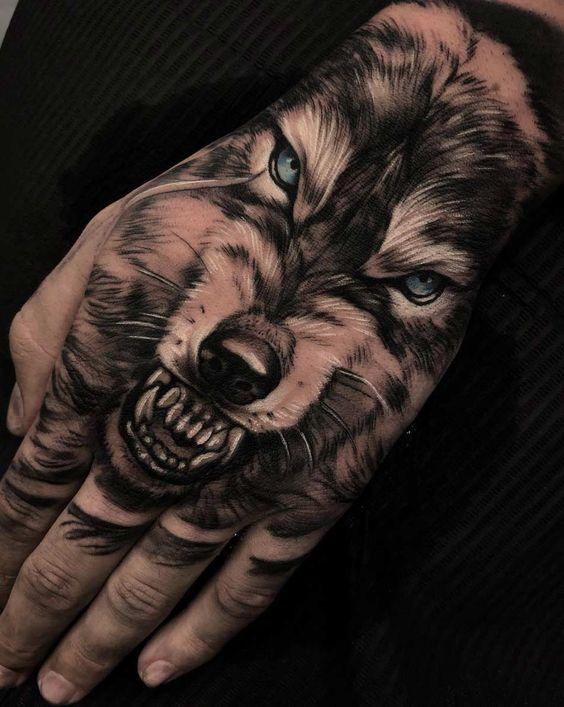 tatuaje de lobo gruñendo mano