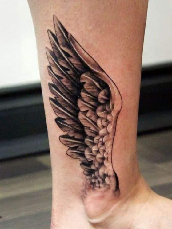 alas saliendo del tobillo tatuaje