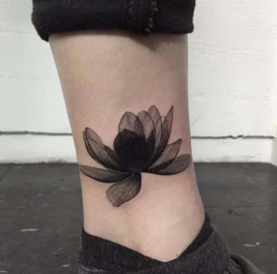 blnaco y negro tatuaje de flores