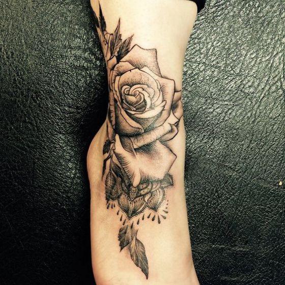 bonito tatuaje de flor en el tobillo