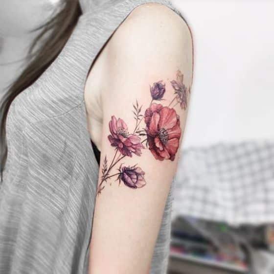 brazo con flores de colores