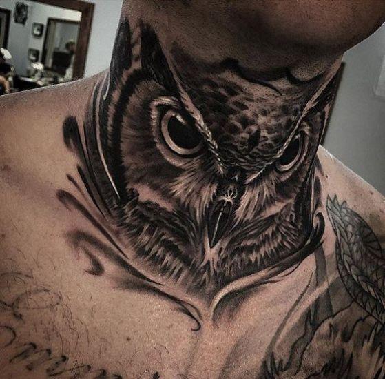 buho en el cuello tatuaje