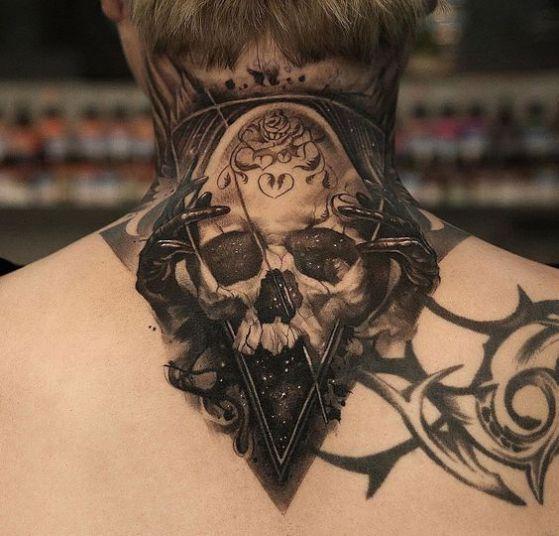 calavera tatto en el cuello