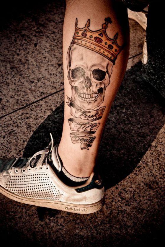 calavera y coronas en el gemelo tatuaje