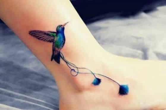 colibri en tobillo tatoo
