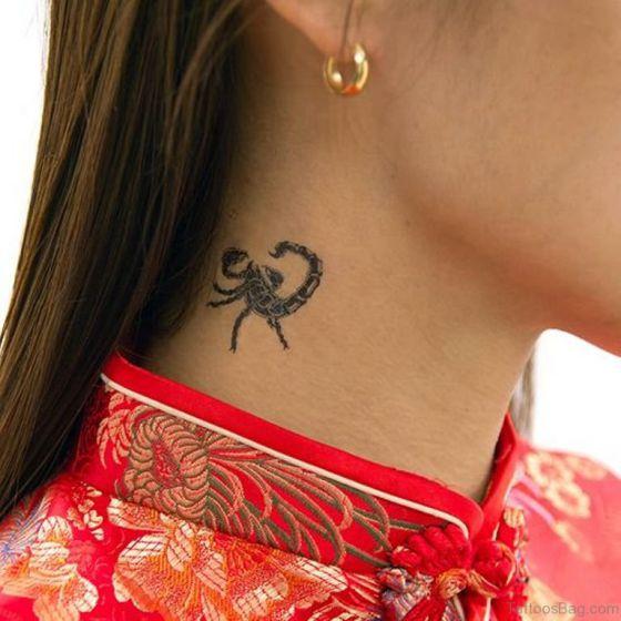escorpion en el cuello