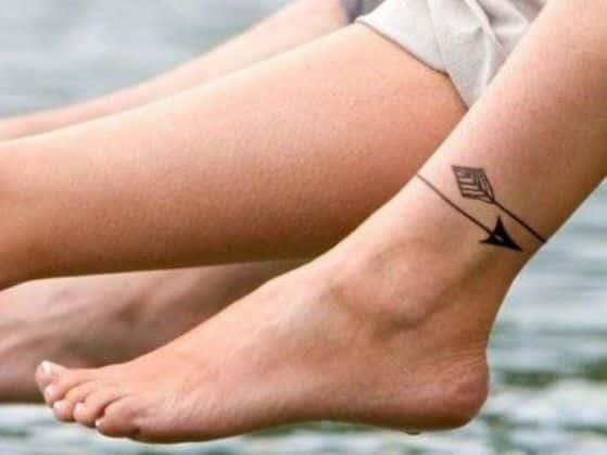 flechas tatuaje en el tobillo