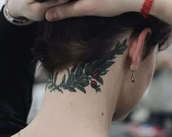 flores en el cuello tatuaje sencillo