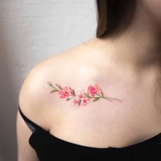 flores en el hombro tattoo