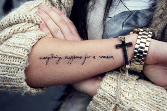frase tatuada en el antebrazo