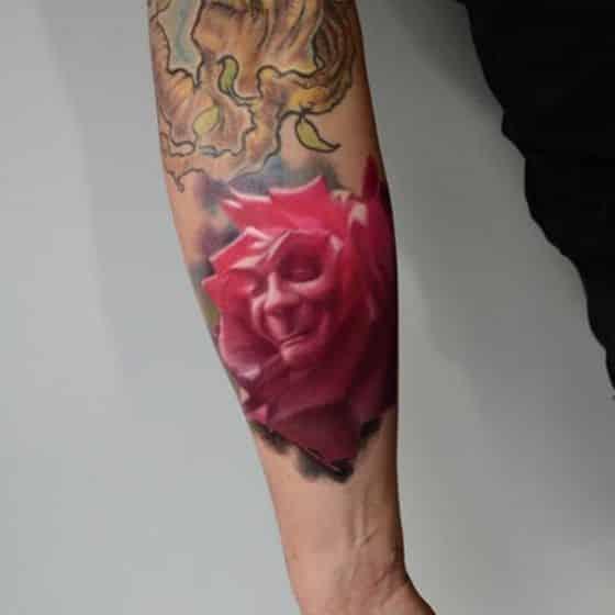 imagen en tatuaje de rosa realismo