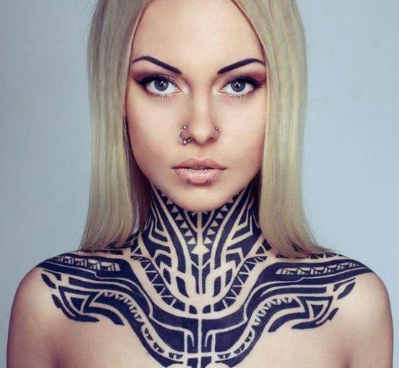 mujer tribal tatuaje