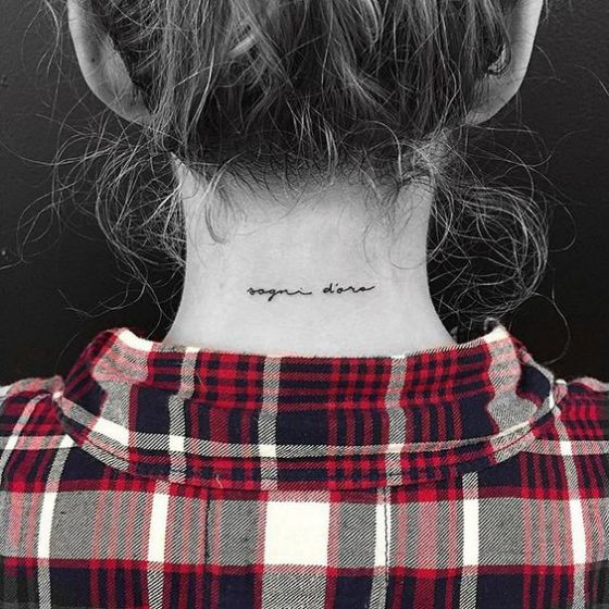 nombres tatuaje en el cuello