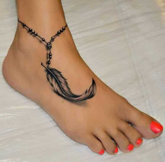 pluma tatuaje para chicas