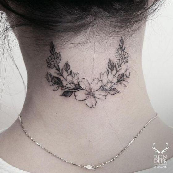 rosas arreglo tatuaje atrás en el cuello