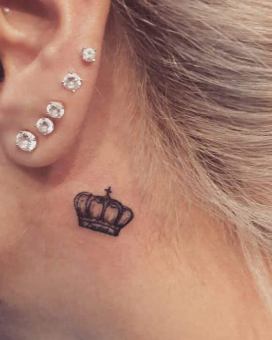 tattoo bajo la oreja