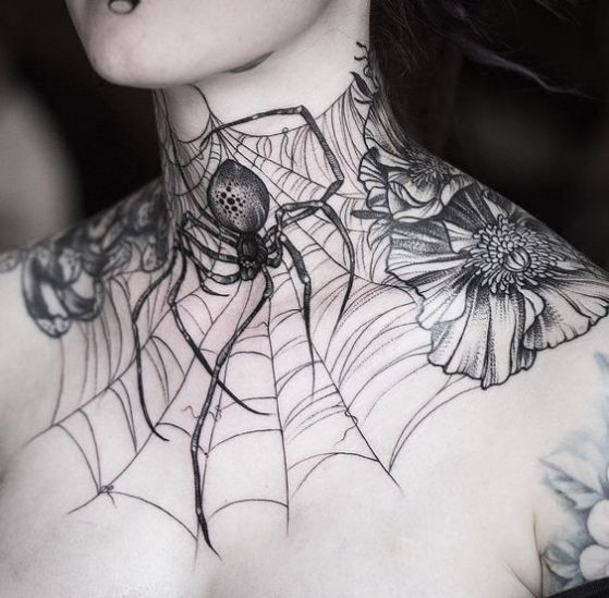 tatuaje completo en el cuello