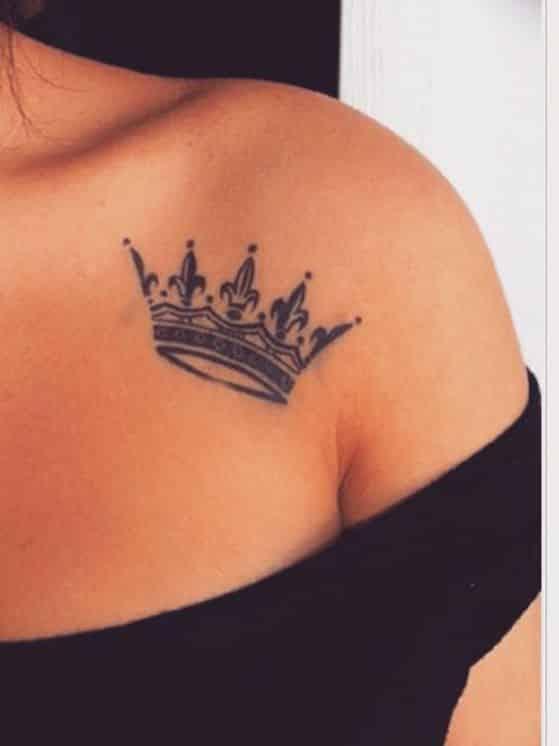 tatuaje en el hombro corona