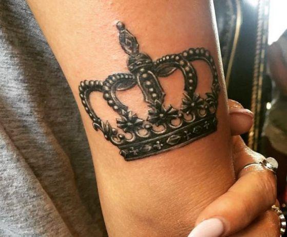tatuaje realista diseño corona