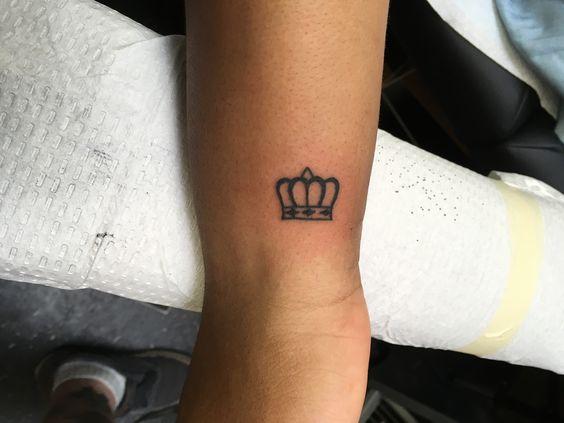 Tatuajes De Corona En La Muñeca (10)