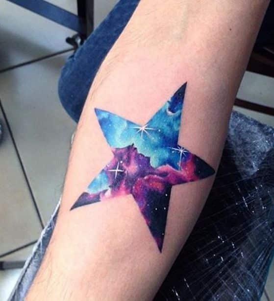 tatuarse estrellas y el espacio en el brazo