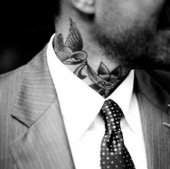 traje y tatuaje hombres