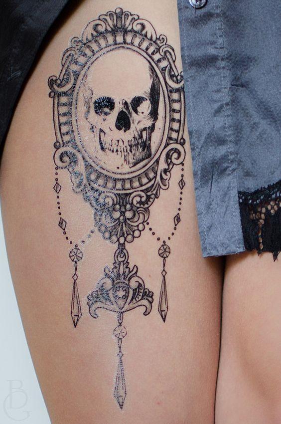 blanco y negro con espejo tatuaje calavera
