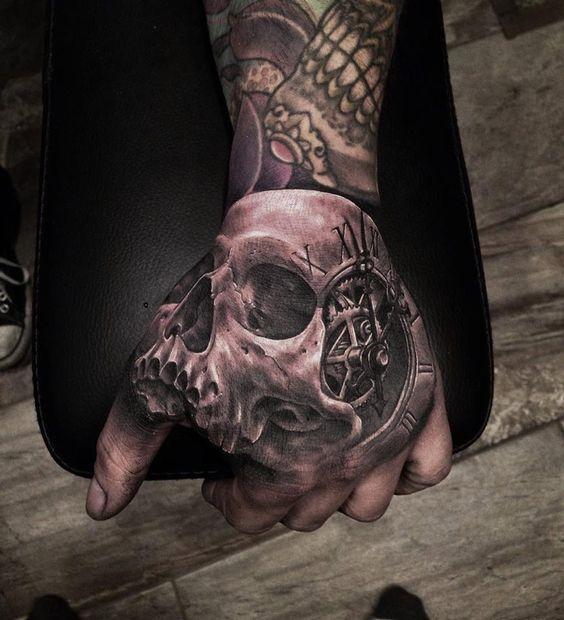 en la mano reloj tatuaje calavera